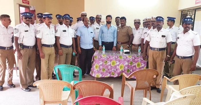 எழும்பூர் காவல் நிலையத்தில் பணிபுரியும் சுமார் 50 காவலர்களுக்கு கூலிங்கிளாஸ் வழங்கிய நடிகர் ஜெய்வந்த்