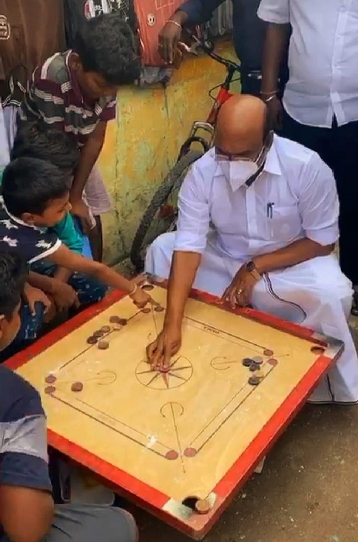 வீதியில் கேரம் போர்டு விளையாடிய அமைச்சர் ஜெயக்குமார்